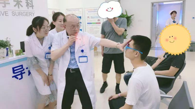 为圆梦军校,高考学子孪生姐弟同往临沂华厦眼科成功摘镜